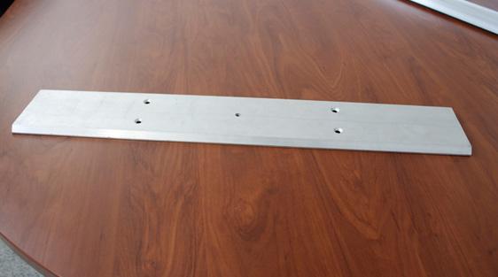 Perfil de aluminio furado e com rebaixamento para encaixe de parafuso